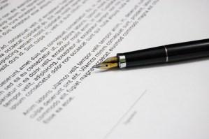 Firma de un documento con una pluma
