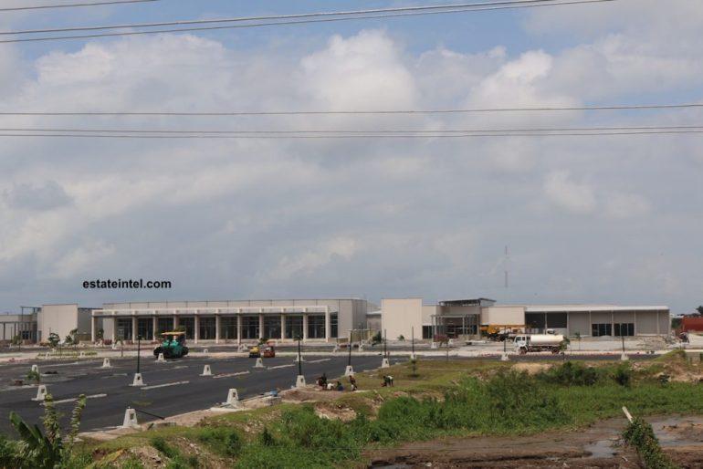 Lekki Mall, Sangotedo at the corner of the Lekki-Epe Expressway and Cardinal Olubunmi Okojie Way. Lagos. June 2016.