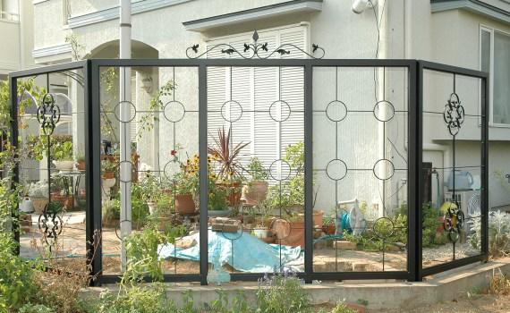 町田市のロートアイアンのハイスクリーンフェンス エクステリア ガーデンEモール