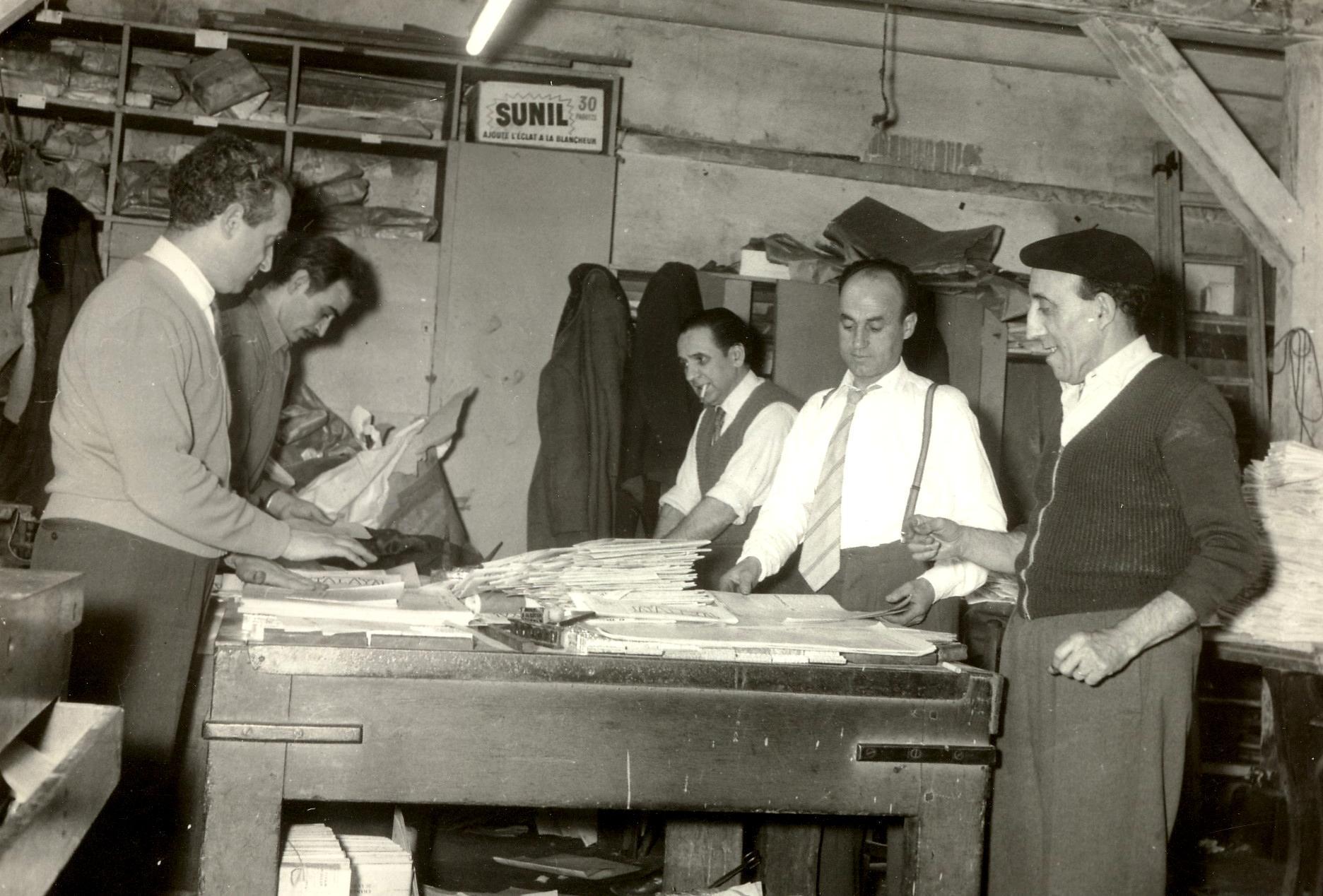 Confeccionando el periódicoAtalaya.De izquierda a derecha: José Dueso, Antonio Téllez, Fernando Gómez Peláez, José Muñoz y Molinos (1958)