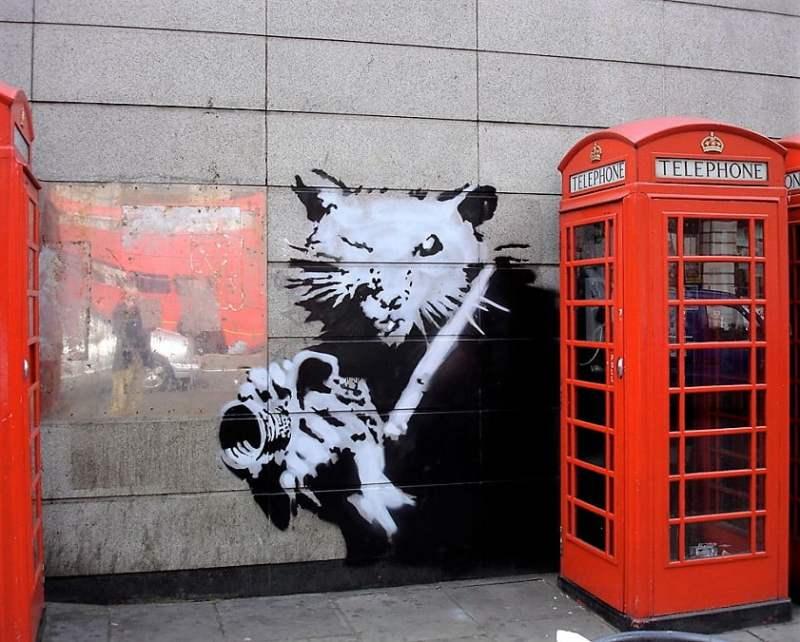"""Pocas imágenes explican mejor: """"Maid in London"""", una criada guarda la basura por detrás del muro, lo que no gusta se esconde."""