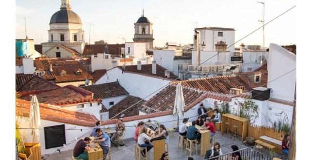 O incrível terraço do disputado hostel The Hat, no centro de Madrid