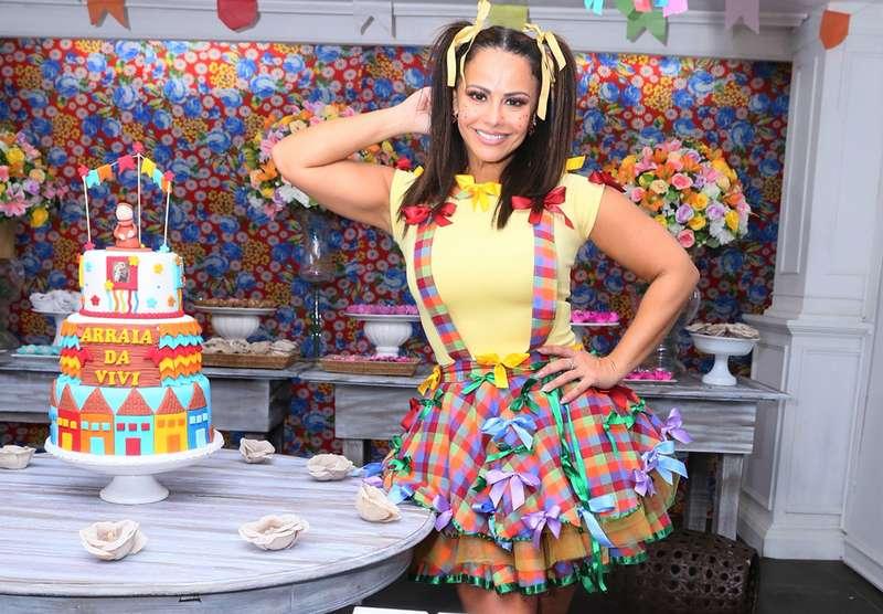Viviane Araújo se diverte em touro mecânico em festa julina no Rio de  Janeiro, veja as fotos! - Estrelando