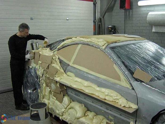 تعديل السيارات القديمة : صورة للسيارة بعد بدء رش مواد كيماوية على شكل رغوة لتحديد شكل السيارة