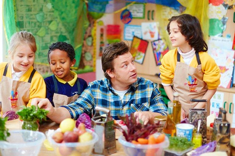 Jamie Oliver cocinando con niños