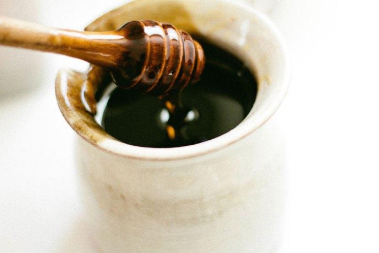 Remedios caseros y naturales para los resfriados, miel con limón