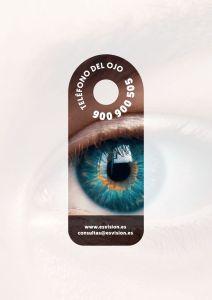 Percha con el teléfono del Ojo 900 900 505. Muestra la foto de un ojo de color azul y debajo el correo electrónico consultas@esvision.es y la página web www.esvision.es