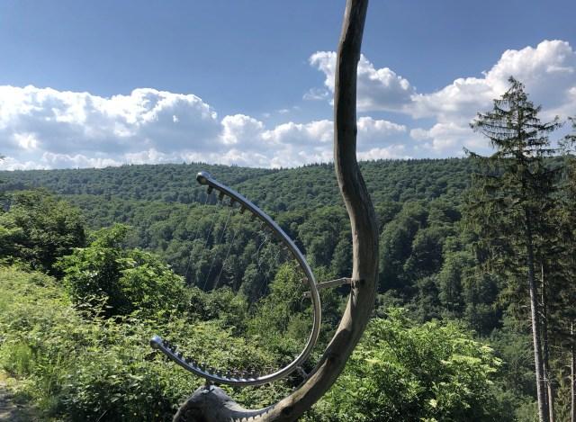 Harfe am Wanderweg im Harz