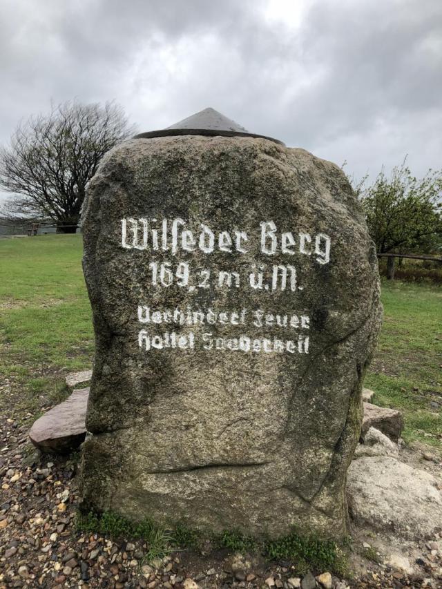 Gipfelstein des Wilseder Berges in der Lüneburger Heide