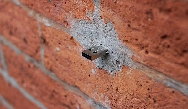 USB-Stuck-In-Walls-Of-Newyork-600x350