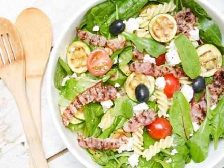 pastasalade met spinazie spek courgette feta pesto