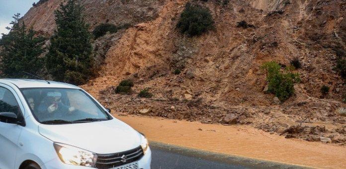 Κρήτη: «Φούσκωσε» ποτάμι στη Βιάννο - Παρασύρθηκαν δυο αυτοκίνητα