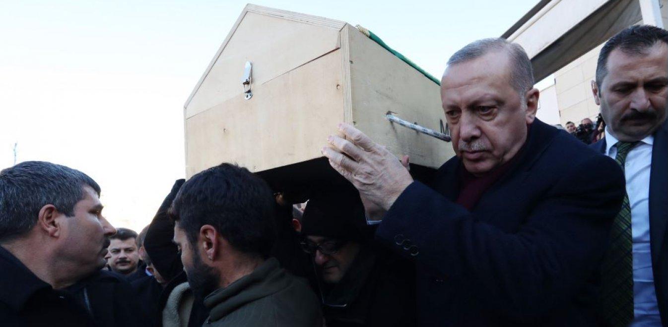 Τουρκία: Ο Ερντογάν σε κηδεία θύματος του σεισμού - Κουβάλησε το φέρετρο