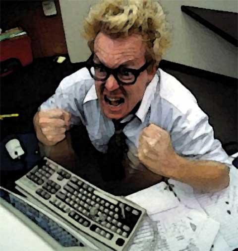 uomo arrabbiato al computer