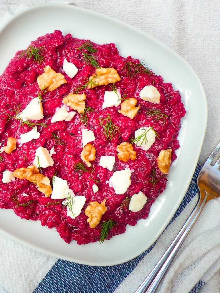 Rødbetedipp med yoghurt, dill, fetaost og valnøtter (Rødbeteborani) – oppskrift / Et kjøkken i Istanbul