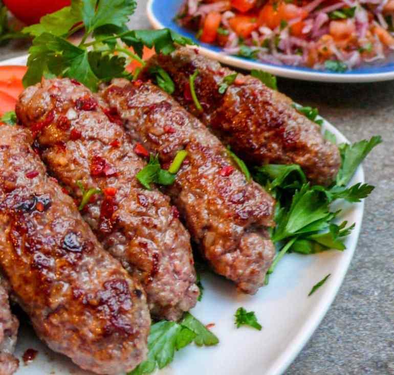 Tyrkiske kjøttboller (køfte) med tomat- og løksalat - oppskrift / Et kjøkken i Istanbul
