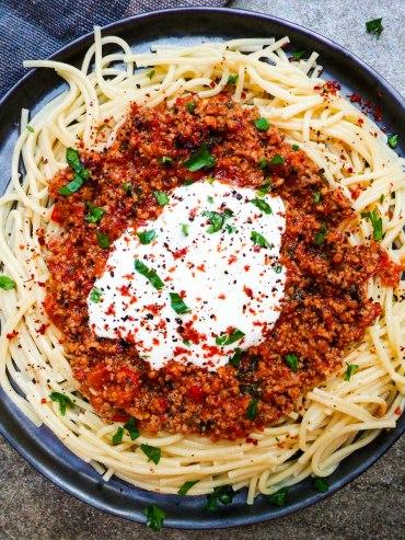 Knekt spaghetti med spicy kjøttsaus og hvitløksyoghurt - oppskrift / Et kjøkken i Istanbul