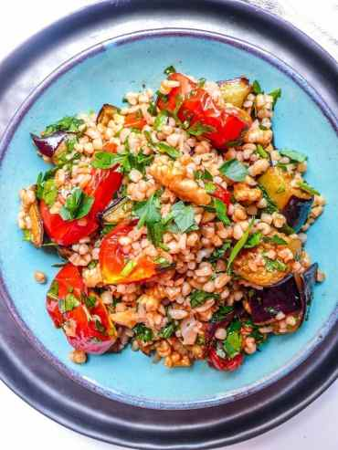 Bulgursalat med ovnsbakt aubergine og tomat - oppskrift / Et kjøkken i Istanbul