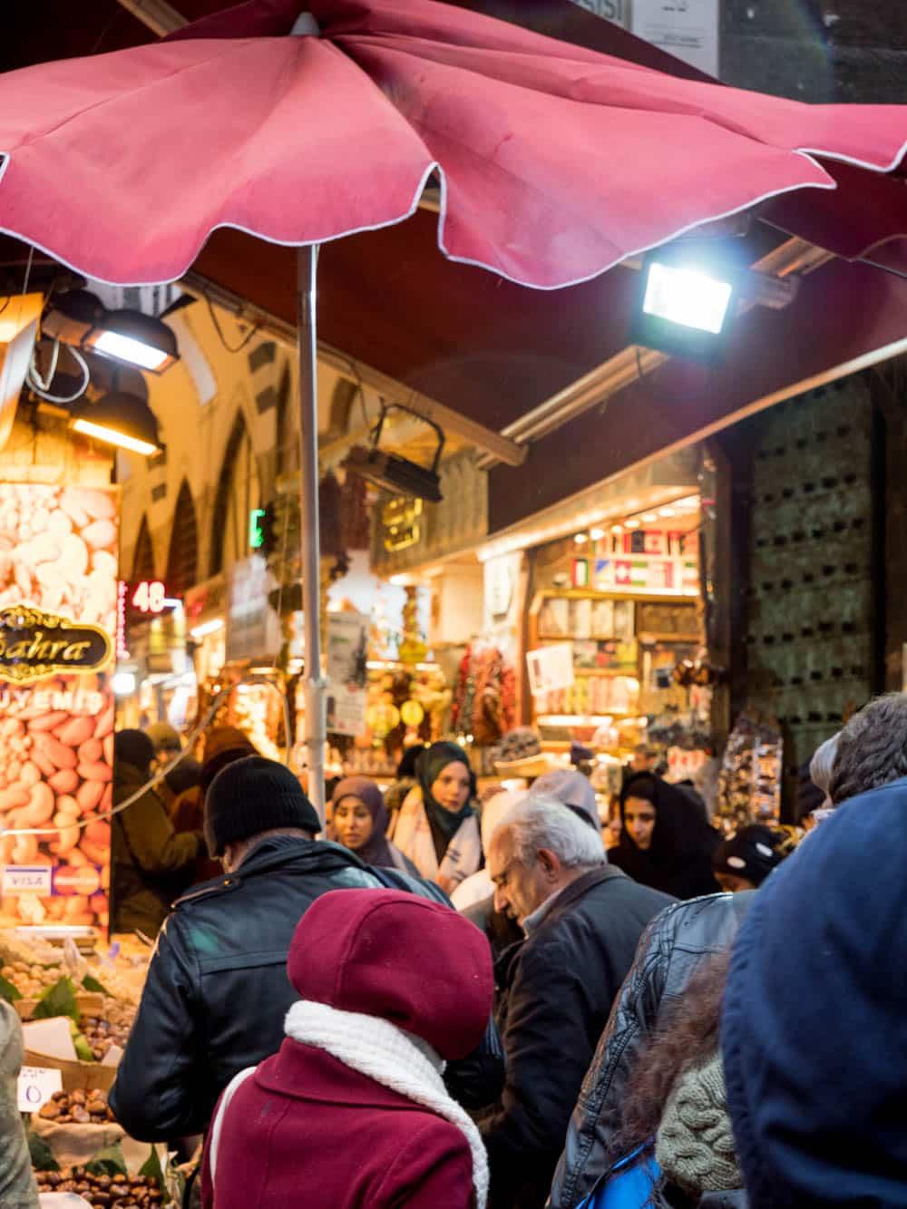Inngang til kryddermarkedet i Istanbul (Misir carsisi) / Et kjøkken i Istanbul
