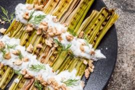 Purreløk med dillyoghurt og valnøtter - oppskrift / Et kjøkken i Istanbul