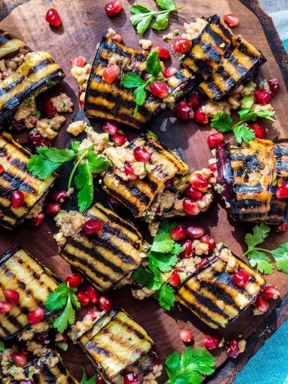 Aubergineruller med valnøtter og granateple (Badrijani nigvzit) - oppskrift / Et kjøkken i Istanbul