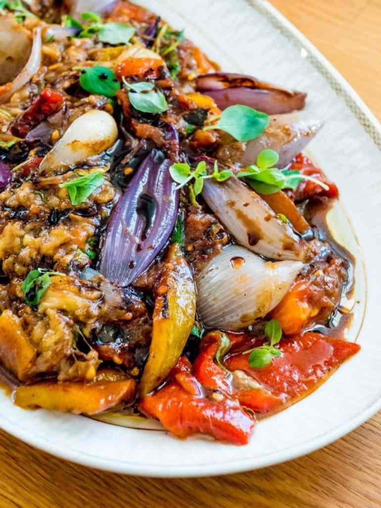 Grillet grønnsakssalat med aubergine, paprika, rødløk og tomat - oppskrift / Et kjøkken i Istanbul