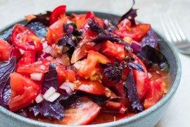 Tomatsalat med rød basilikum - oppskrift / Et kjøkken i Istanbul