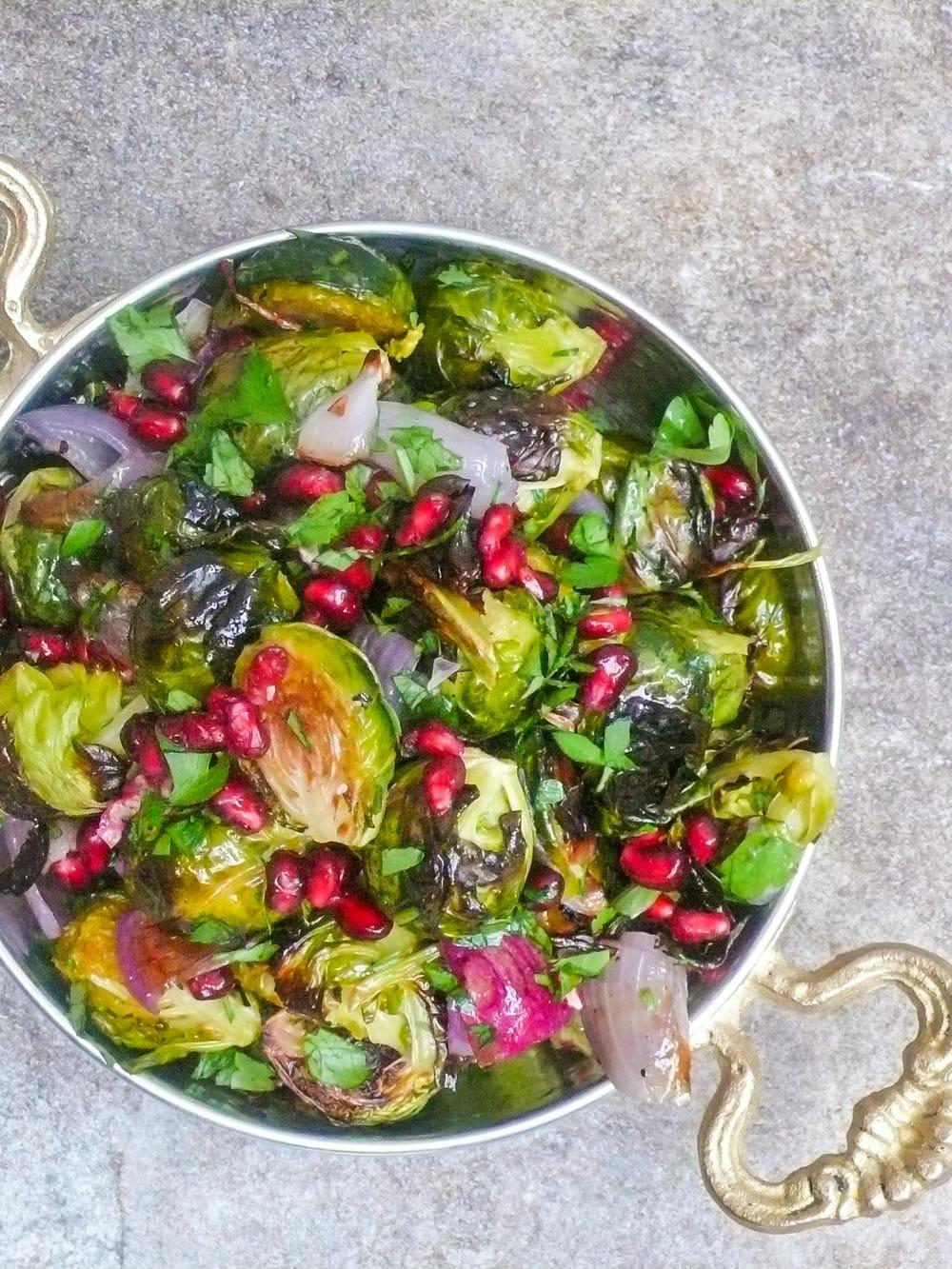 Rosenkål- og granateplesalat - oppskrift / Et kjøkken i Istanbul