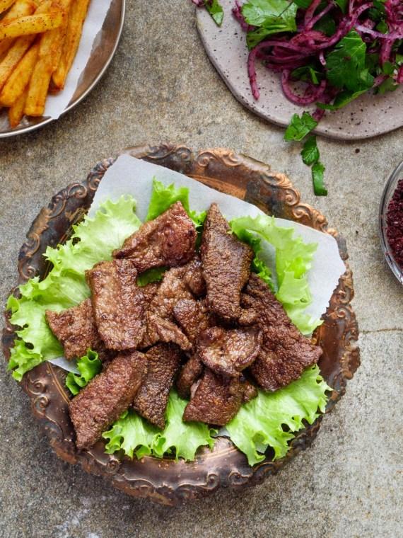 Stekt lever med rødløksalat og chips - oppskrift / Et kjøkken i Istanbul