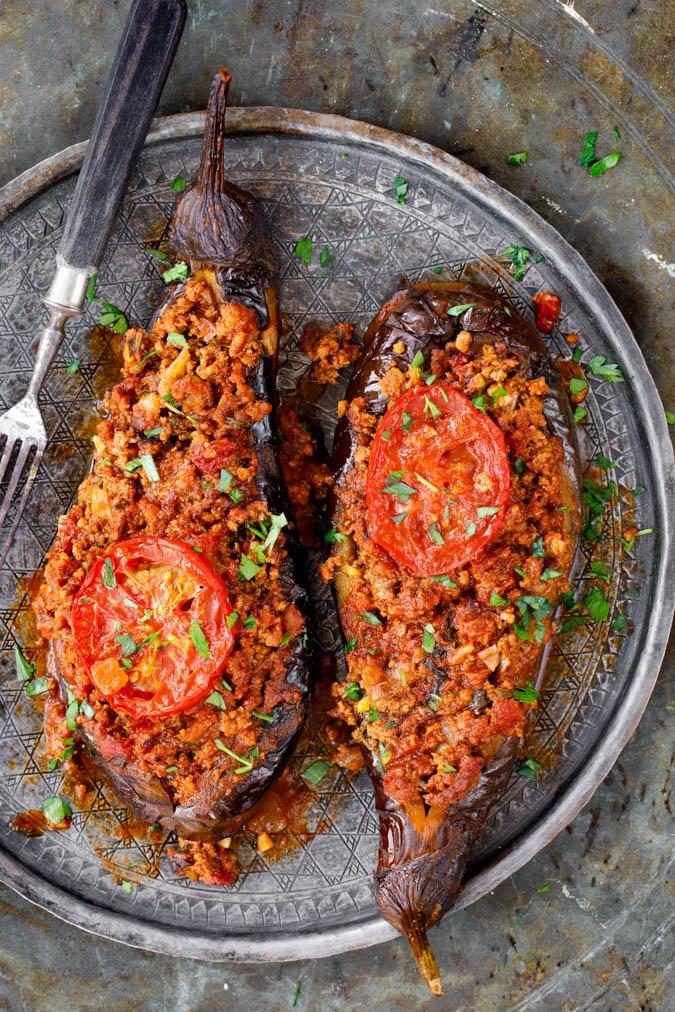 Fylte aubergine med kjøttsaus fra «Hummus og granateple» av Vidar Bergum