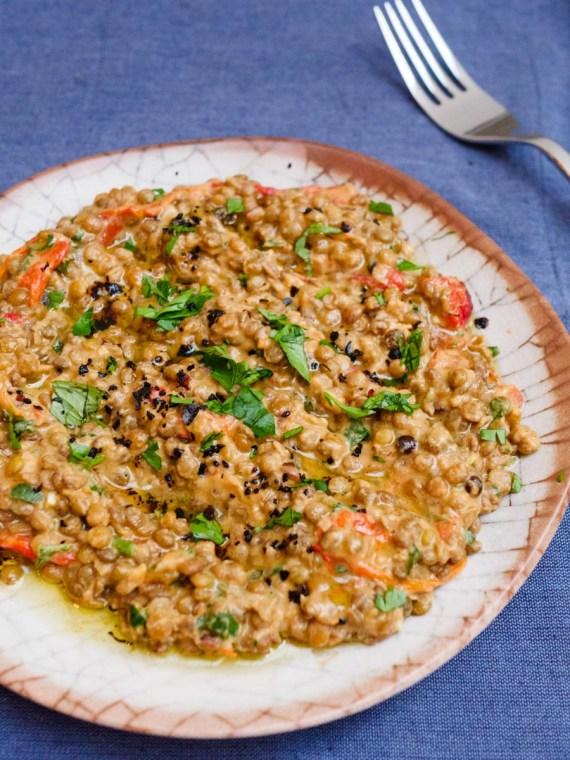Grønne linser med tahini og bakt paprika - oppskrift / Et kjøkken i Istanbul