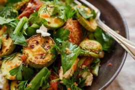 Oppskrift på squash- og brødsalat med raspet tomat og urter fra Et kjøkken i Istanbul