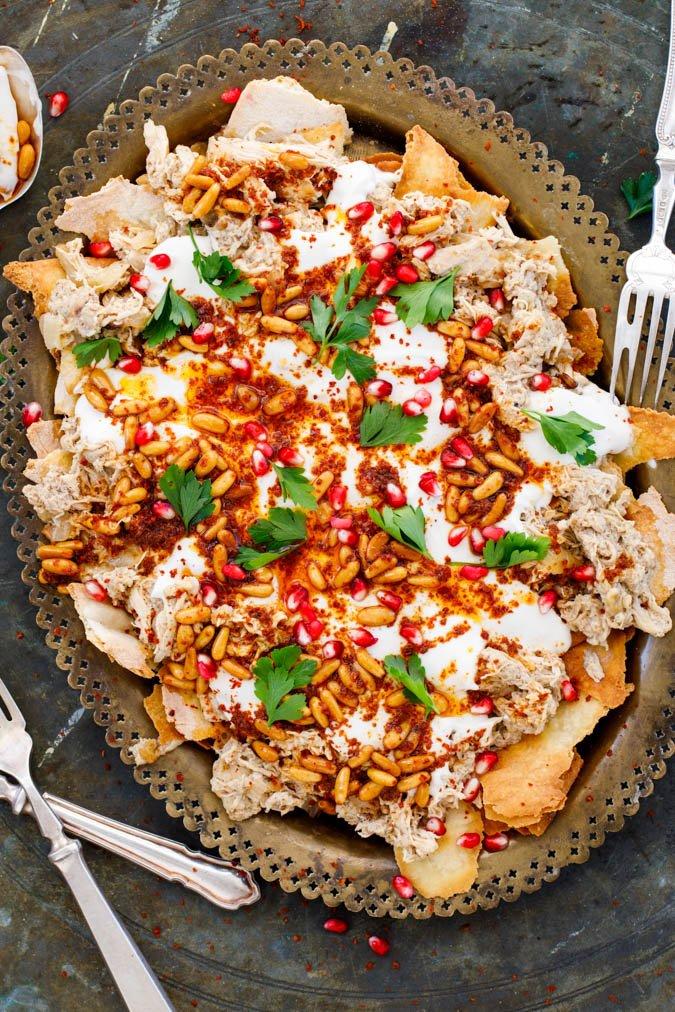 Revet kylling med brød og tahiniyoghurt / Fatteh med kylling fra boka Hummus & granateple av Vidar Bergum. Foto: Bahar Kitapcı.