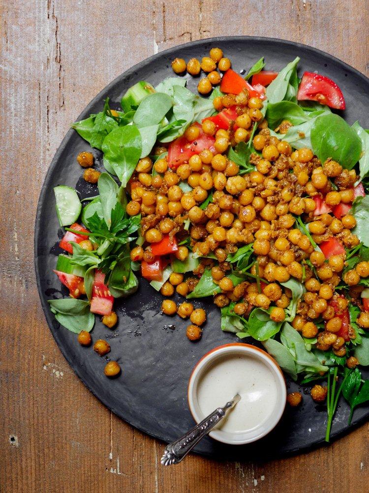 Sprø kikertsalat med tahinisaus - oppskrift fra Et kjøkken i Istanbul