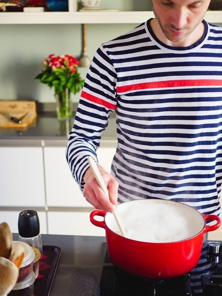 Melk som koker for å lage yoghurt
