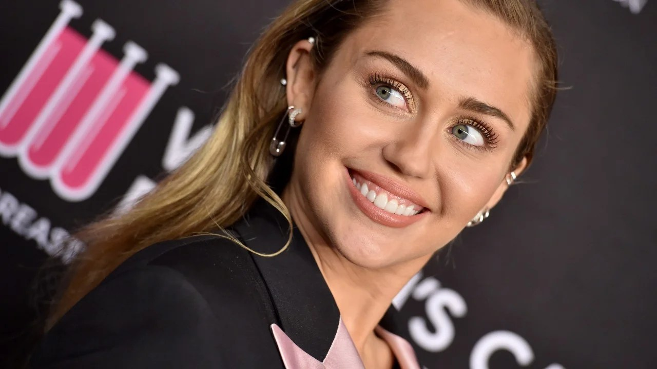 miley cyrus dyes and cuts hair