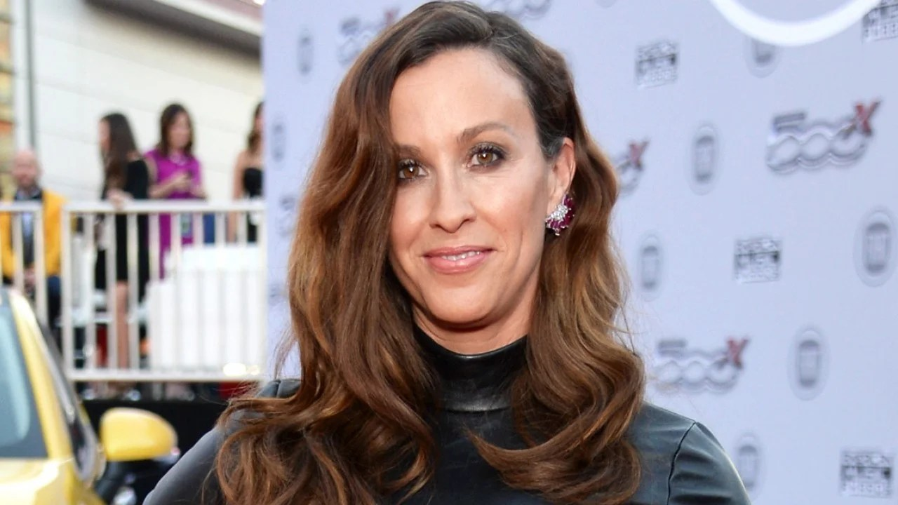Alanis Morissette Reveals She S Battling Postpartum