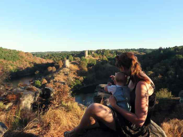 Séjour en famille dans le Berry : château de Crozant depuis le Rocher de la Fileuse ©Etpourtantelletourne.fr