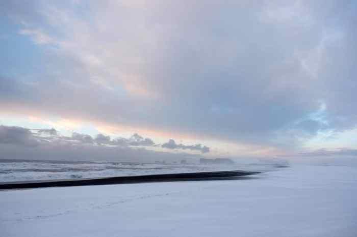 Islande en hiver La plage de Reynisfjara sous la neige ©Etpourtantelletourne.fr