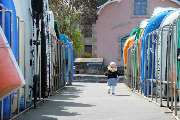 Port de Roscoff avec enfant ©Etpourtantelletourne.fr