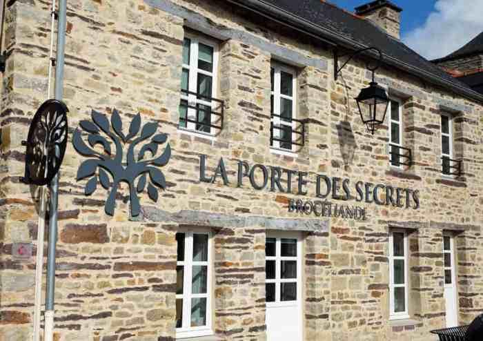 Scénographie la porte des secrets à Paimpont, Brocéliande ©Etpourtantelletourne.fr