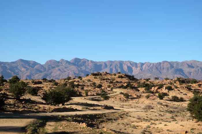 Route les rochers peints Tafraoute Maroc ©Etpourtantelletourne.fr