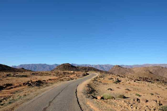 Sur la route Tafraoute Maroc ©Etpourtantelletourne.fr