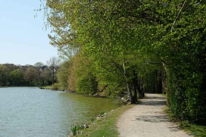 Balade et parc de jeux autour de l'étang de Châteaugiron ©Etpourtantelletourne.fr