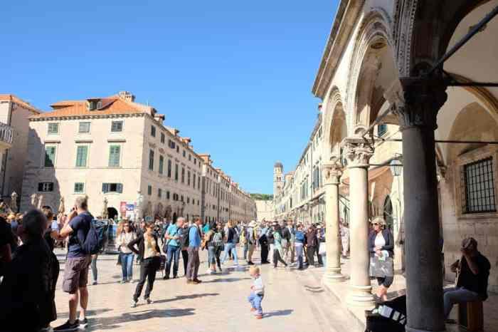 Itinéraire sur les lieux de tournage de Game of Thrones en Croatie - Dubrovnik - Palais Sponza scène de combat bataille de Port Real saison 8 ©Etpourtantelletourne.fr