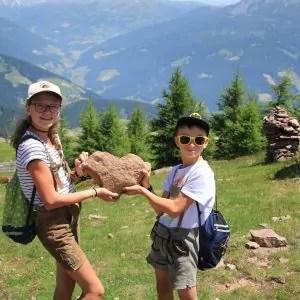 vacanza con cuore stoanerne mandln uomini di pietra bambini con la pietra a forma di cuore