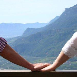 hand in hand auf terrasse der pension hotel etschblick