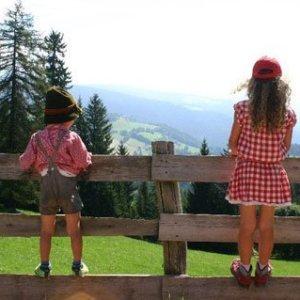 bambini in costume tirolese con lederhose e dirndl sulla malga