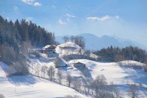 paesaggio invernale con case storiche in alto adige meltina