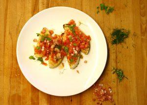 bruschetta con pomodoro, basilico e speck altoatesina sudtirolese